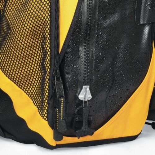 Mochila Lowepro DryZone 200 detalle recubrimiento waterproof