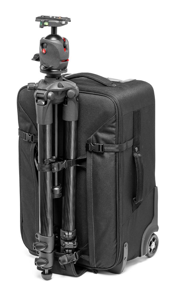 Trolley Manfrotto Professional Roller Bag 70 con trípode de ejemplo