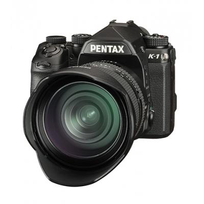 Pentax K1- frontal con objetivo y parasol